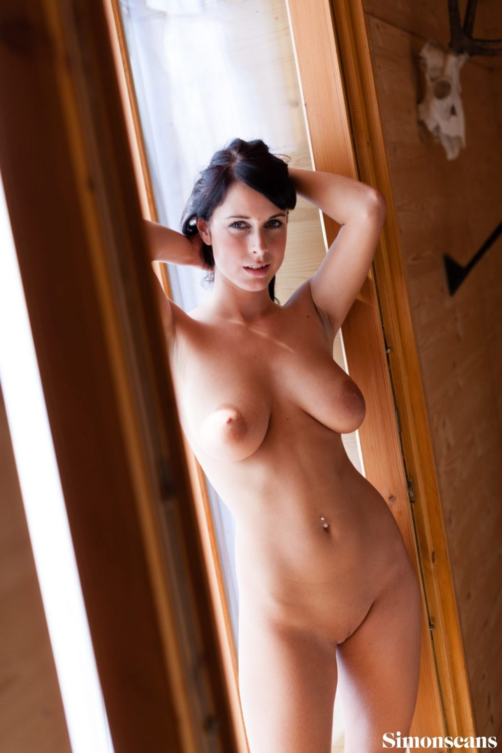 Roxana_in_a_doorway_016